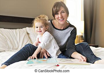 cute, pequeno, dela, mãe, livro, quarto, leitura menina