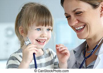 cute, pequeno, paciente, interação, doutor, femininas, sorrindo