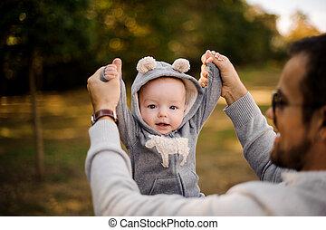 cute, pequeno, pai, parque, filho, sorrindo, tocando