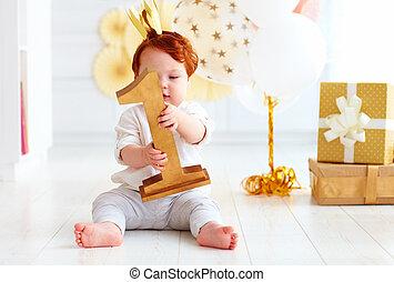 cute, pequeno, segurando, sentando, menino, um, número, enquanto, fundo, bebê, partido