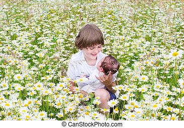 cute, pequeno, seu, segurando, menino, irmã, recem nascido, beaut, bebê, feliz