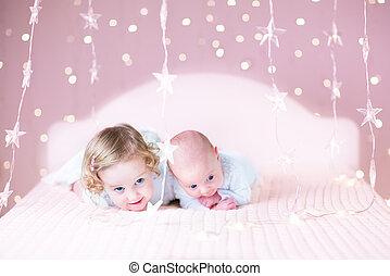 cute, relaxante, dela, irmão, junto, bebê recém-nascido, menina, toddler