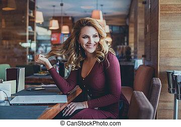 cute, restaurant., assento mulher, divertimento, menina, café, tendo, agradável