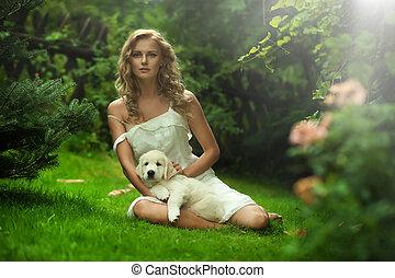 cute, senhora jovem, segurando, um, filhote cachorro, cão