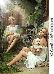 cute, senhoras, beleza, dois, segurando, filhotes cachorro