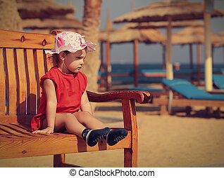 cute, sentando, banco, fundo, pequeno, menina, praia, criança