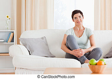 cute, sentando, mulher, sofá