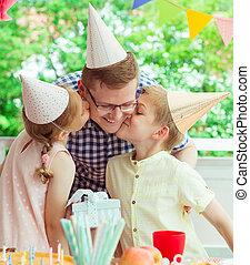 cute, seu, coloridos, pai, jovem, dois, seu, aniversário, terraço, beijo, partido, crianças, feliz