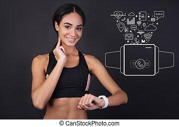 cute, sportswoman, medindo, dela, pulso, e, sorrindo
