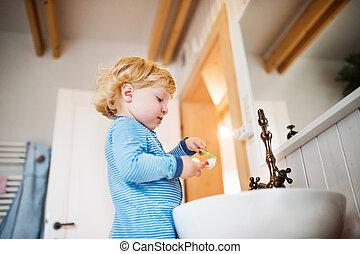 cute, toddler, dreng, børste, hans, tænder, ind, den, bathroom.