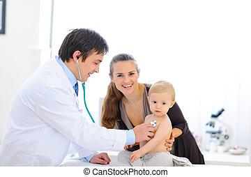 cute, verificado, doutor, sendo, estetoscópio, bebê, usando