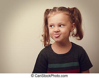 cute, vindima, mostrando, closeup, divertimento, retrato, menina, criança, tongue., feliz