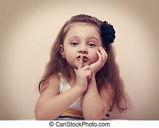 cute, vindima, mostrando, sinal, dedo, lips., menina, silêncio, criança