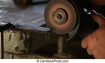 Cutting metal with angular grinding machine
