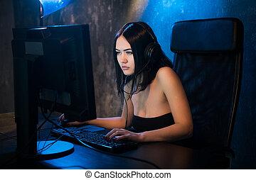 cyber, video, m�dchen, kopfhörer, spiele, sie, strategie, computer., internet, daheim, sie, gaming, trägt, online, spiel, she's, turnier, teilnehmen, spiele, gamer, cafe., mmorpg, professionell, oder