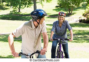 cyclisme, couple, parc