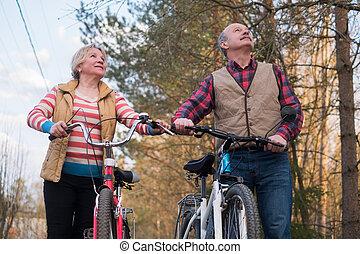 cyclisme, couple, parc, personnes agées, personne agee, heureux