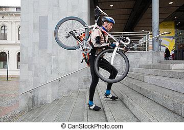 cycliste, épaule, marche, sien, vélo, haut, étapes, mâle