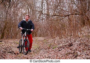 cycliste, équitation, a, vélo tout terrain, long, les, forêt, route