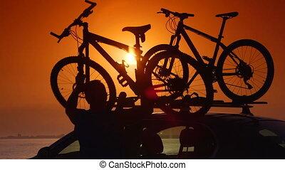 cycliste, été, voiture, toit, attacher, vélos, porteur, plage