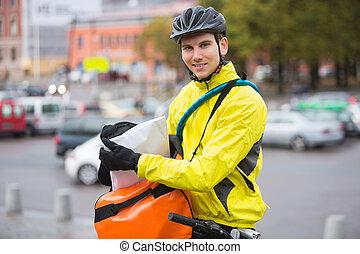 cycliste, courrier, paquet, sac, rue, mettre, mâle