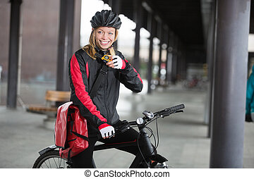 cycliste, courrier, sac, femme, utilisation, talkie-walkie