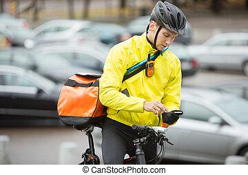 cycliste, courrier, sac, téléphone portable, rue, utilisation, mâle