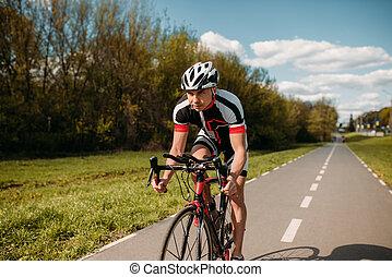 cycliste, dans, casque, et, vêtements de sport, vélo, formation