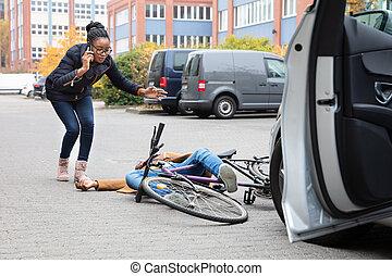 cycliste, femme, aide, inconscient, appeler, rue, mensonge