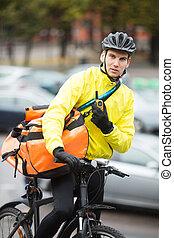 cycliste, mâle, courrier, sac, rue, utilisation, talkie-walkie