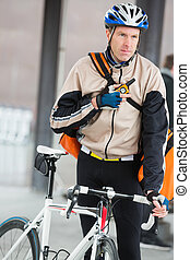 cycliste, mâle, courrier, sac, utilisation, talkie-walkie