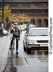 cycliste, mâle, sac à dos, rue, utilisation, talkie-walkie