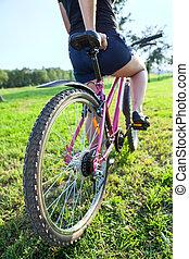 cycliste, montagne, femme, parc ville, vélo