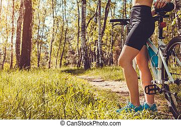 cycliste, montagne, gros plan, femme, vélo, printemps, jeune, forest., équitation