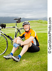 cycliste, reposer, personne agee, herbe, heureux