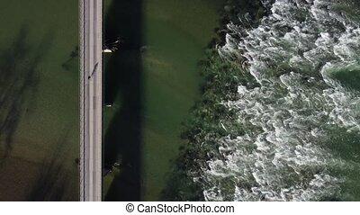 cycliste, sur, promenades, rivière, une, rugueux, travers, pont