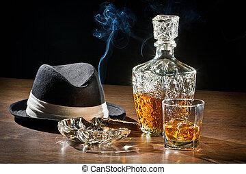 cygaro, scena, karafka, retro, palenie, kapelusz, whisky