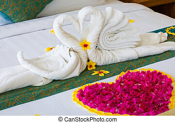 rose lune miel lit p tales serviettes d cor rouges. Black Bedroom Furniture Sets. Home Design Ideas
