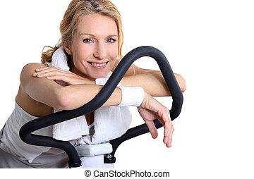 cykel, kvinna, övning, stående