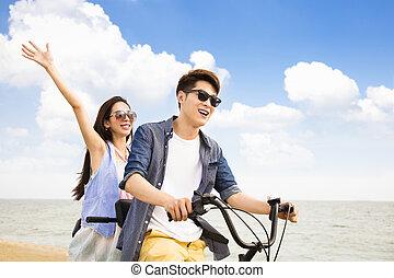 cykel, par, ung, ridande, strand, lycklig