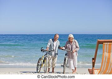 cyklar, par, deras, äldre, strand