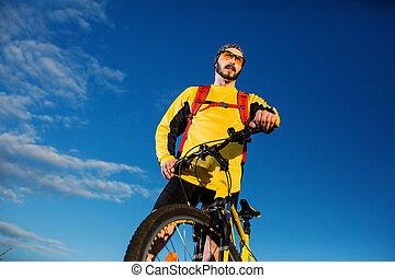 cyklist, mananseende, på topp om, a, fjäll, med, cykel