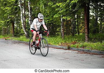 cyklist, ridande, a, väg cykel, in, den, forest.