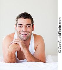 człowiek, łóżko, uśmiechanie się