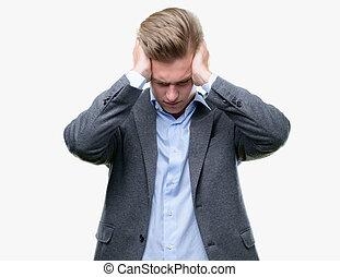 człowiek, because, ból, blond, handlowy, migraine., akcentowany, młody, cierpienie, rozpaczliwy, siła robocza, head., przystojny, ból głowy
