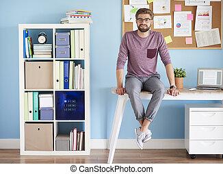 człowiek, dom, biurko, biuro, posiedzenie