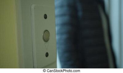 człowiek, elewator guzik, oblezieni, drzwi, marynarka, czarnoskóry, otwiera, poza