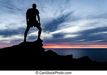 człowiek hiking, sylwetka, w, góry, ocean, i, zachód słońca