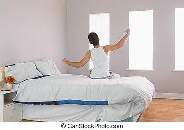 człowiek, jego, prospekt, rozciąganie herb, tylny, łóżko, posiedzenie