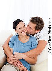 człowiek, jego, znowu, sofa, odprężając, sympatia, całowanie, szczęśliwy